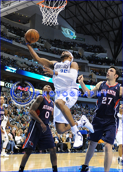 February 11, 2013:  Dallas Mavericks shooting guard Vince Carter #25 goes up and under for a basket
